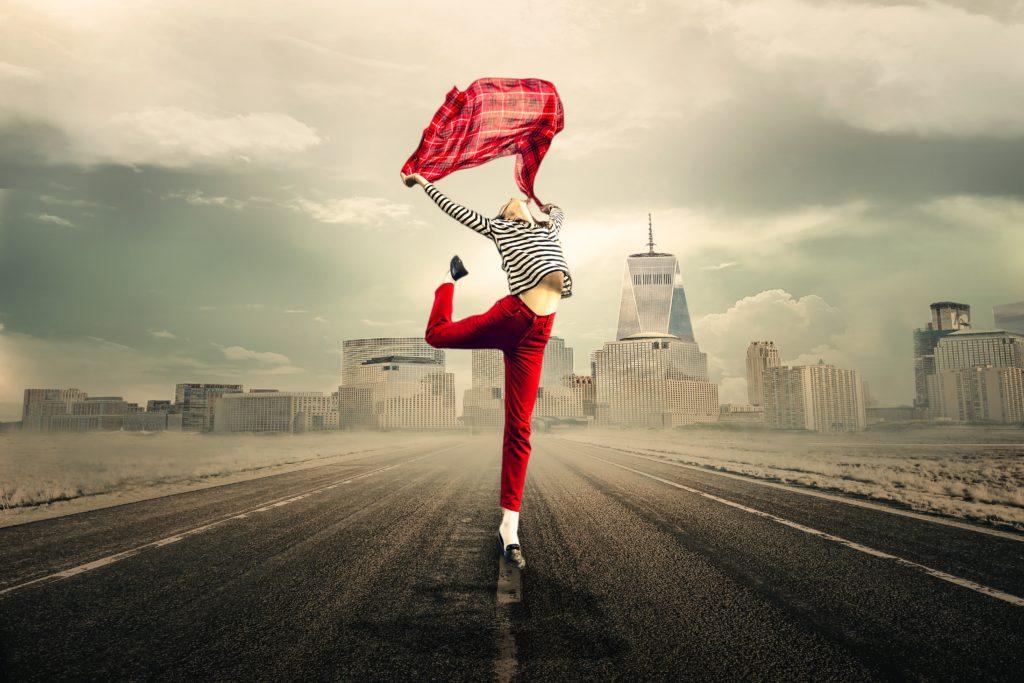 Schlanke Frau tanzt