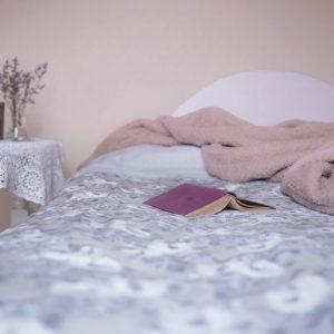ein offenes Buch liegt auf einem Bett