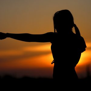 Frau boxt in die Luft